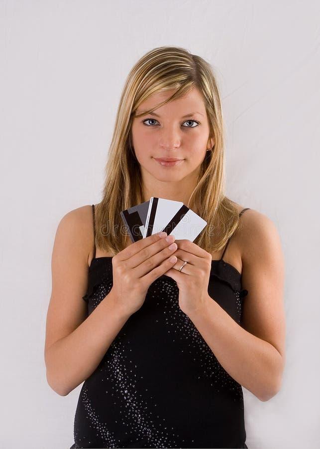 Jeunes cartes de crédit blondes de fixation de femme images stock