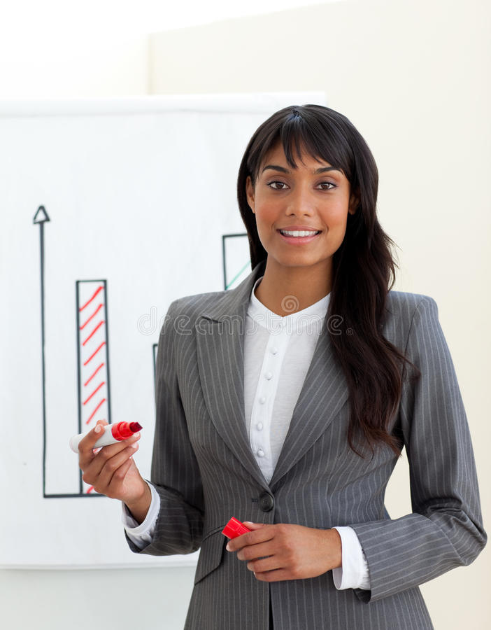 Jeunes chiffres de ventes ethniques d'enregistrement de femme d'affaires photos stock