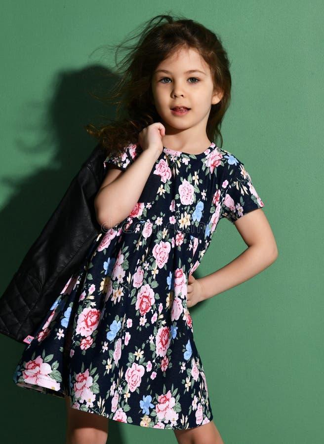 Jeunes cinq années d'enfant de fille posant dans la robe d'été sur le vert photo stock