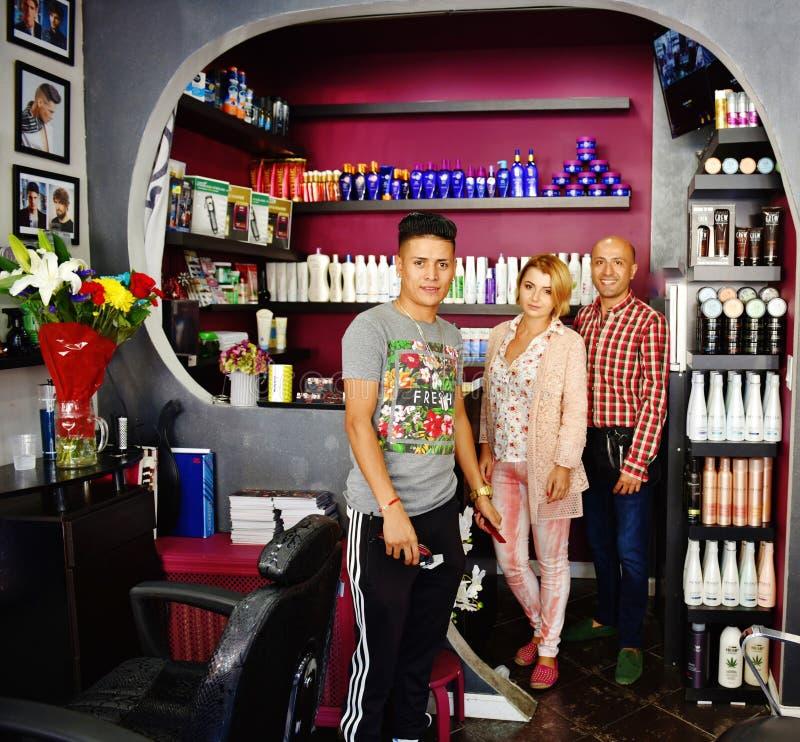 Jeunes coiffeurs d'équipe dans le barbeshop images stock