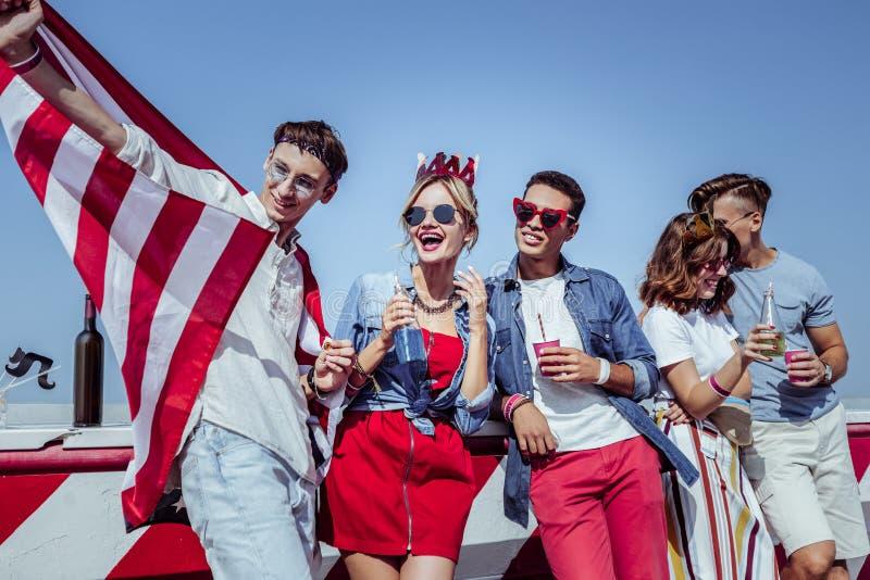 Jeunes collègues avec plaisir positifs buvant les cocktails savoureux photo libre de droits