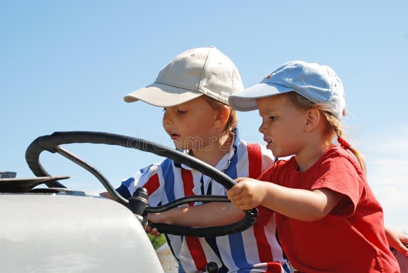 Jeunes conducteurs de tracteur image stock