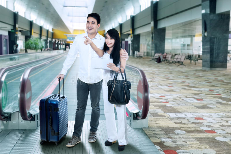 Jeunes couples à l'aéroport image stock