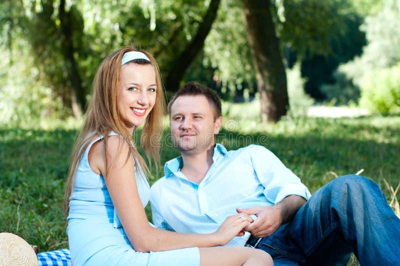 Jeunes couples à l'extérieur sur le pique-nique image stock