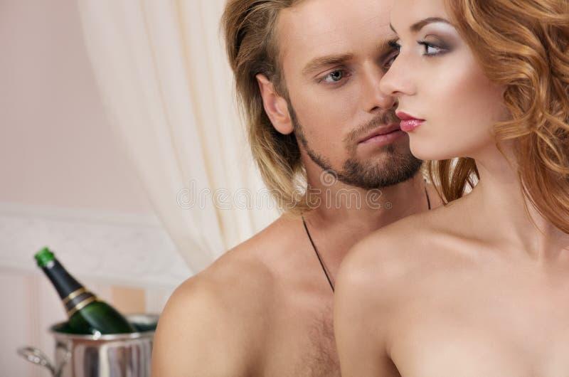 Jeunes couples à l'hôtel, amants image stock