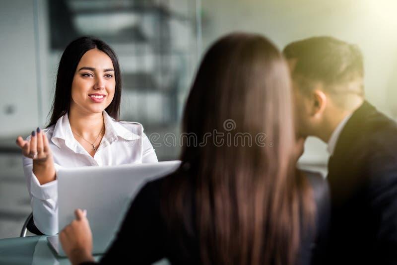 Jeunes couples à la consultation de planification financière avec la femme de directeur au bureau photographie stock libre de droits