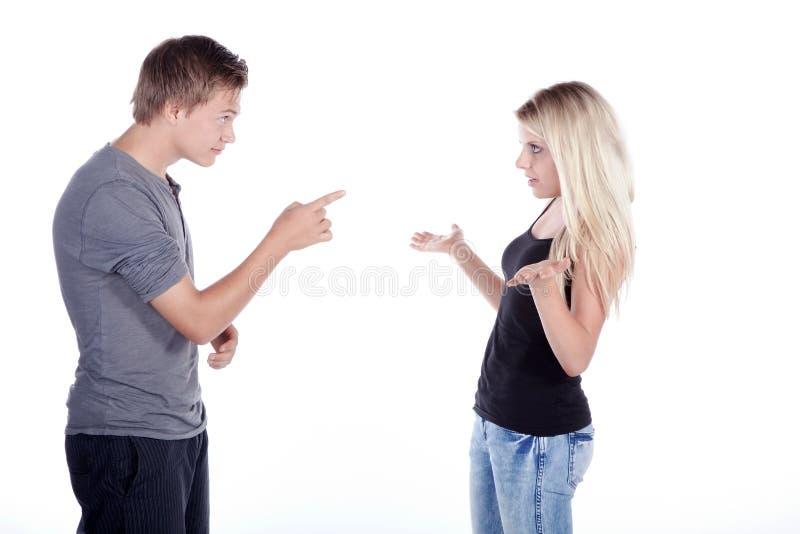 Jeunes couples à la discussion photo libre de droits