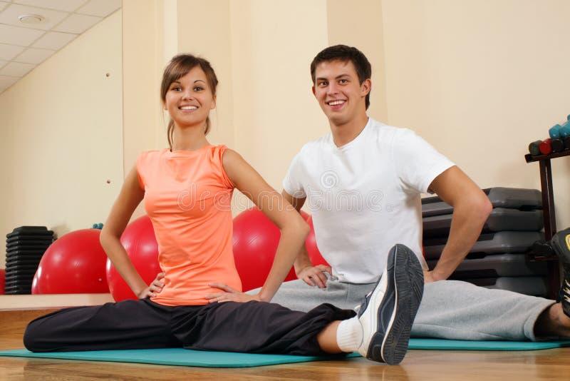 Jeunes couples à la gymnastique photographie stock libre de droits