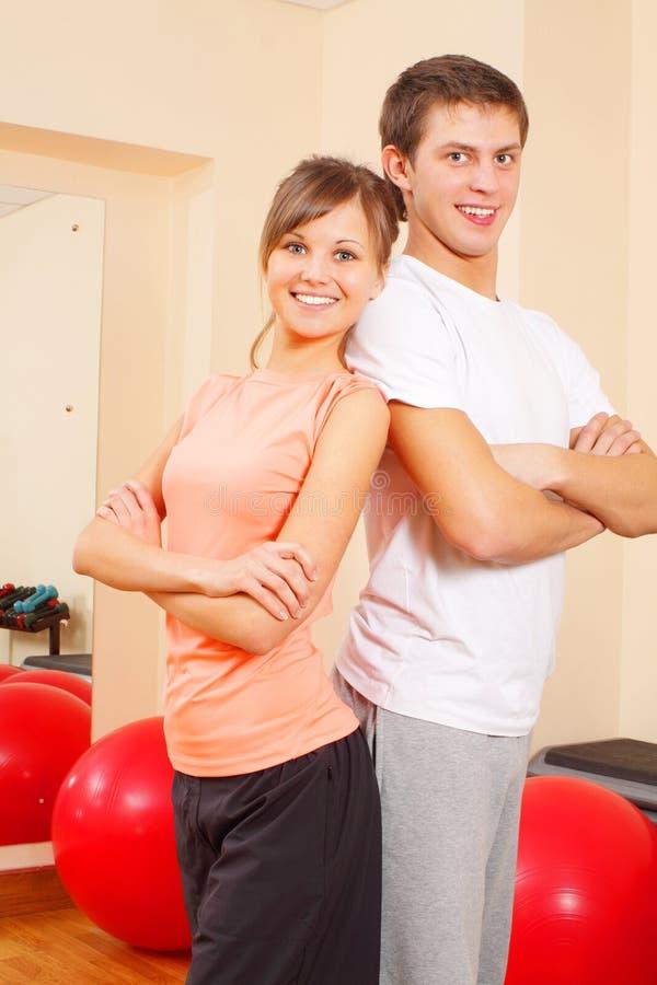 Jeunes couples à la gymnastique photographie stock