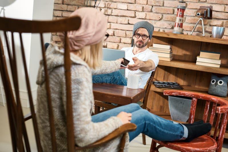 Jeunes couples à la maison photographie stock libre de droits