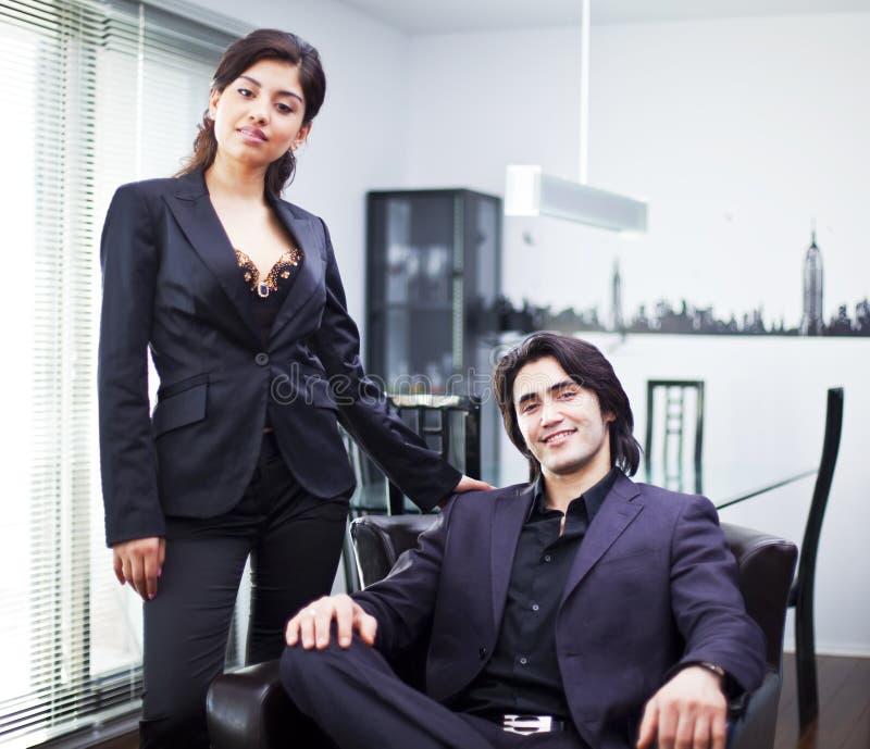 Jeunes couples à la maison images libres de droits