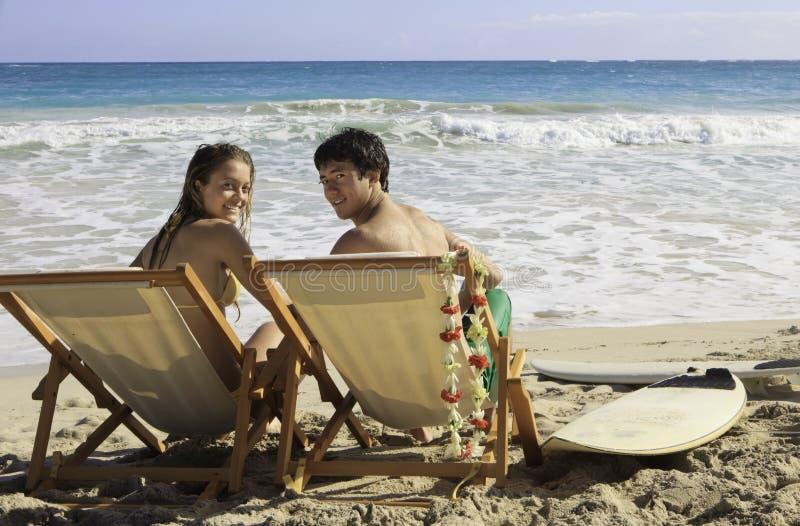 Jeunes couples à la plage en Hawaï images libres de droits