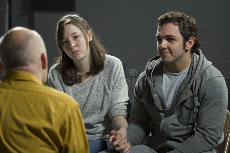 Jeunes couples à la thérapie des couples images stock