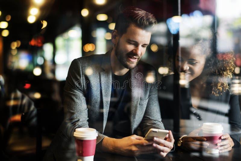 Jeunes couples à un café image libre de droits