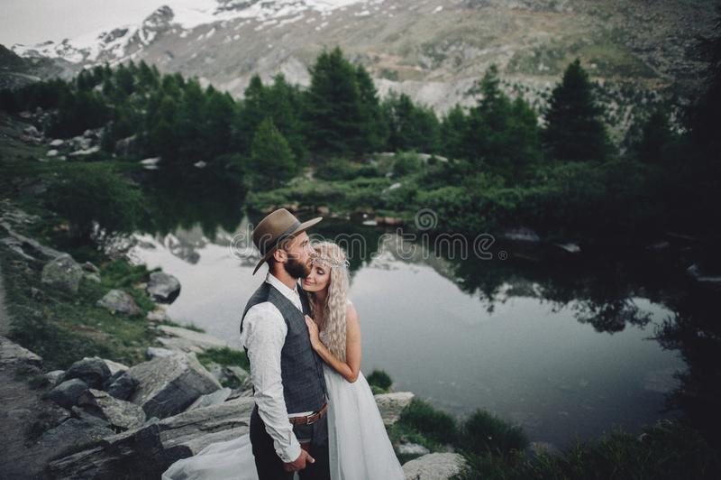 Jeunes couples élégants de mariage posant dans le beau moun de Matterhorn images libres de droits