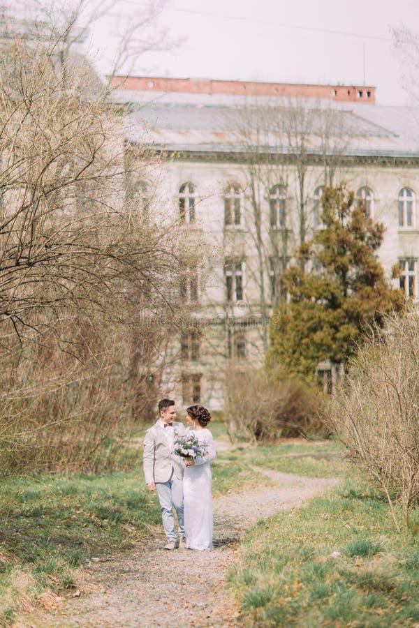 Jeunes couples élégants près du beau palais de Renaissanse entouré par le vieux jardin vert Mariage romantique à Paris photos stock