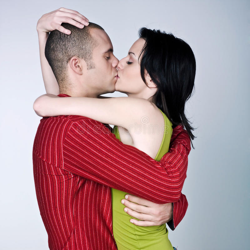 Jeunes couples étreignant des baisers photos libres de droits