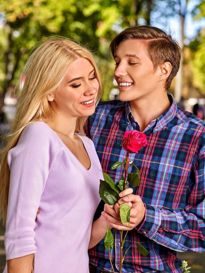 Jeunes couples étreignant et flirtant en parc images stock
