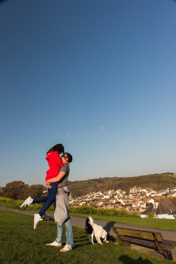 Jeunes couples étreignant et flirtant en parc photos libres de droits