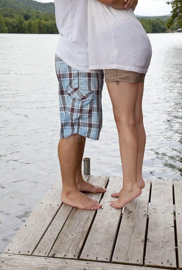 Jeunes couples étreignant sur le dock photo libre de droits