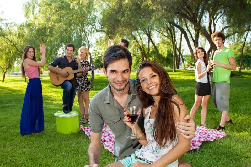 Jeunes couples adolescents affectueux image libre de droits