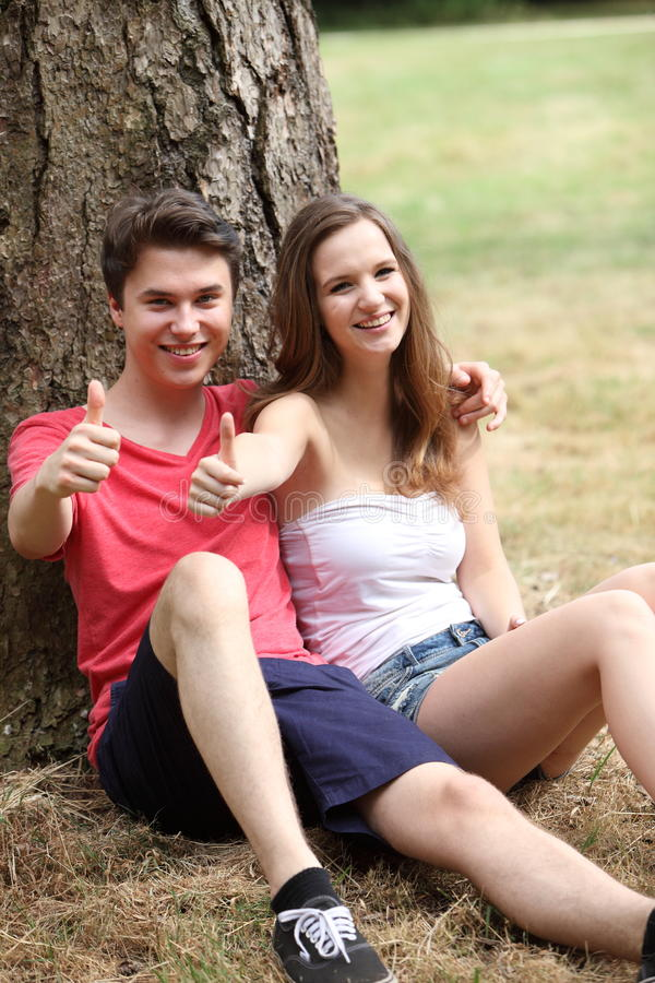 Jeunes couples adolescents motivés attrayants photos libres de droits