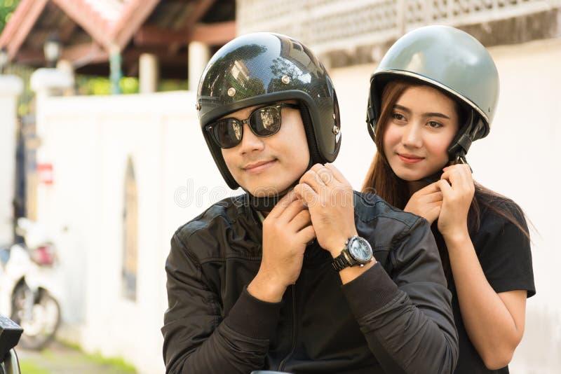 Jeunes couples adultes, mâle et cycliste ou motocycliste féminin Wearin photographie stock