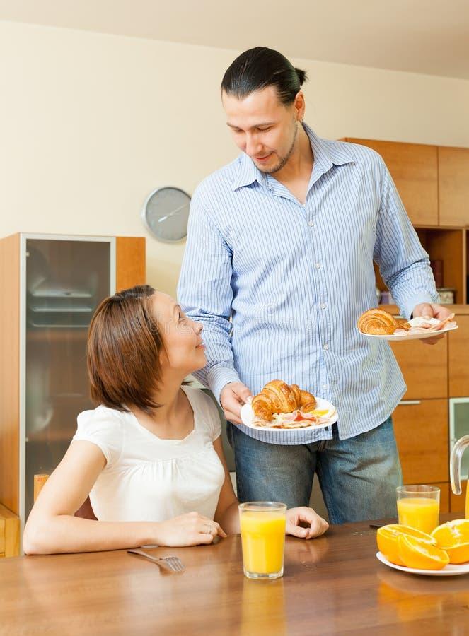 Jeunes couples adultes prenant le petit déjeuner photo stock