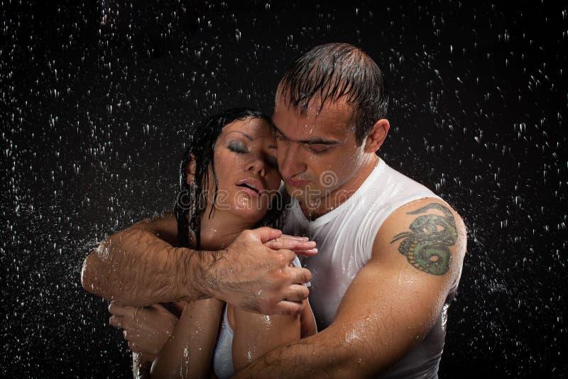 Jeunes couples affectueux. photos libres de droits