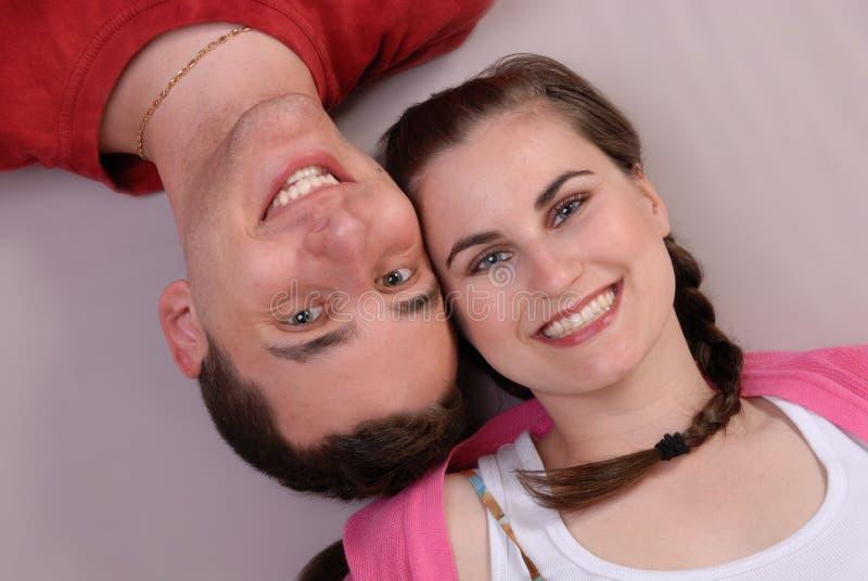 Jeunes couples affectueux attrayants images stock