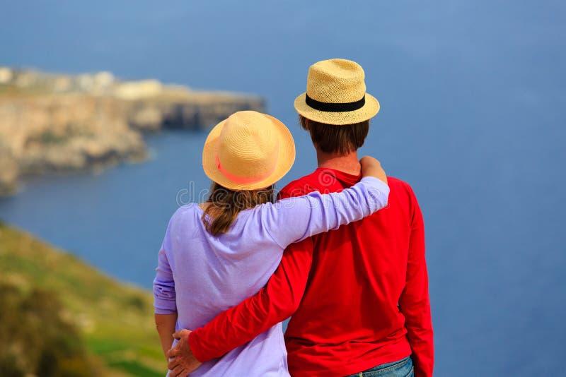 Jeunes couples affectueux des vacances scéniques de mer image stock