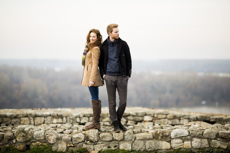 Jeunes couples affectueux extérieurs images stock
