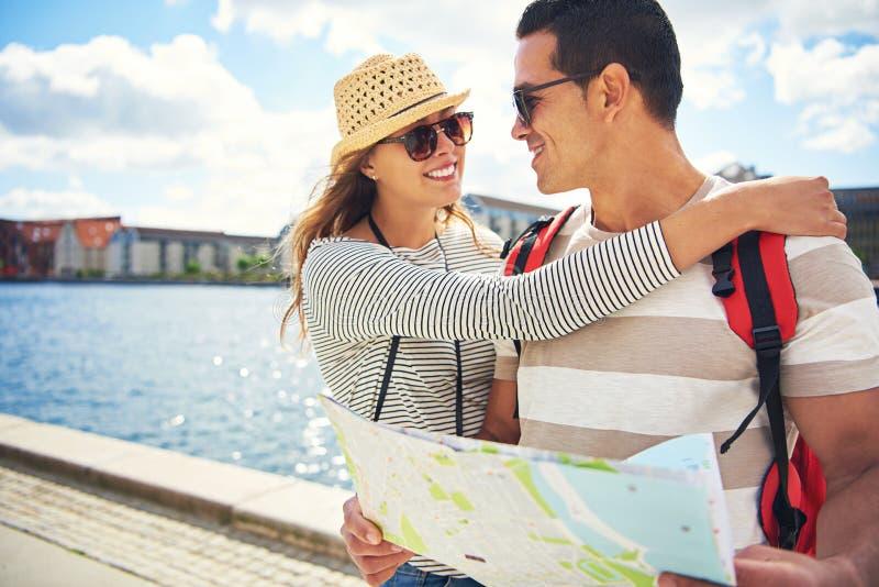 Jeunes couples affectueux heureux des vacances image stock