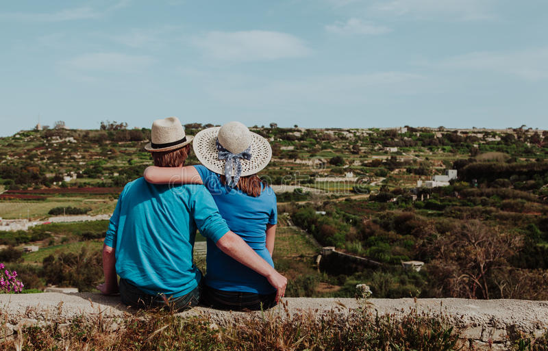 Jeunes couples affectueux heureux des vacances dans le pays image stock