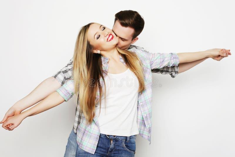 Jeunes couples affectueux heureux tenant des mains image stock