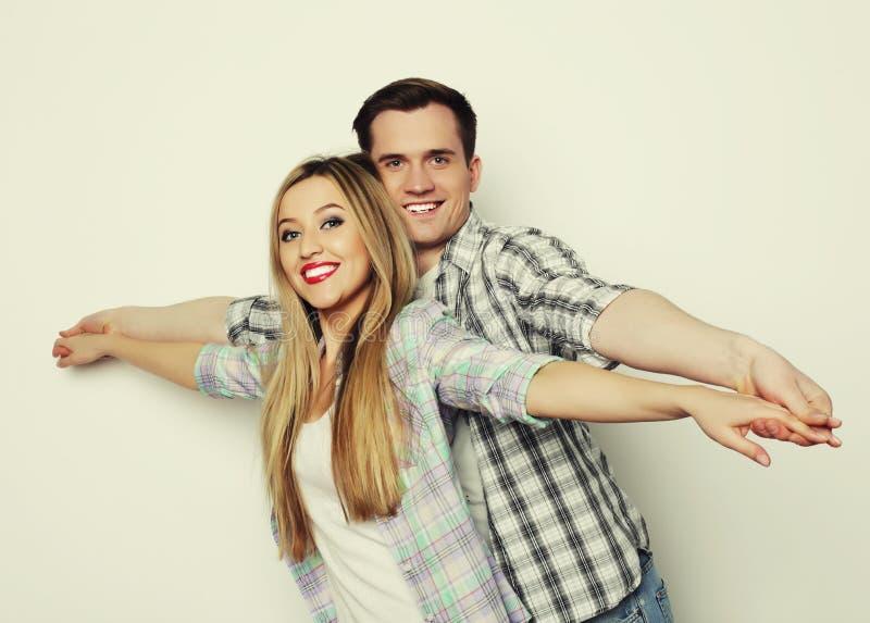 Jeunes couples affectueux heureux tenant des mains image libre de droits