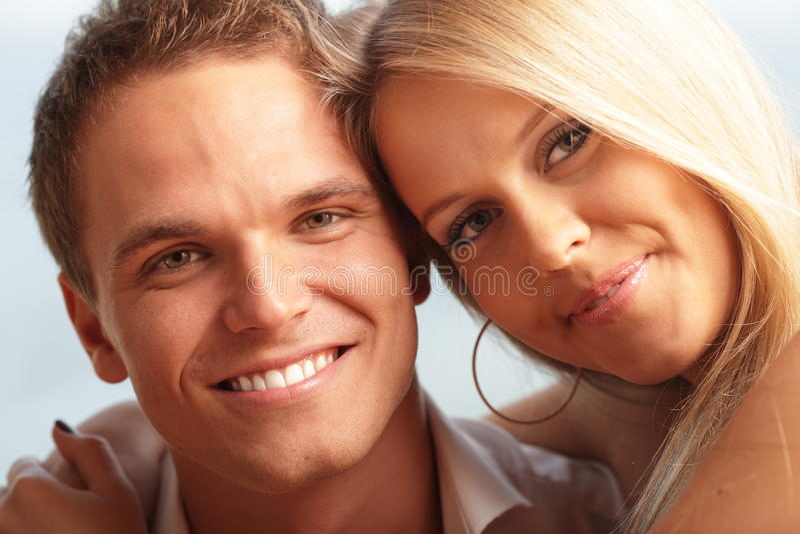 Jeunes couples affectueux mignons images stock