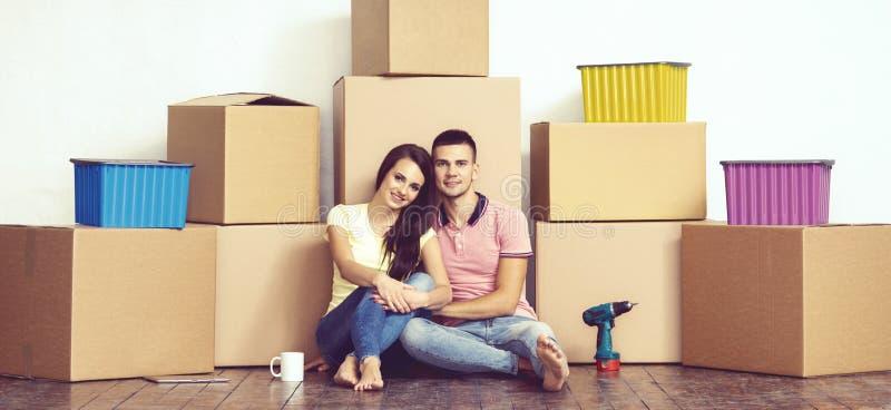 Jeunes couples affectueux se déplaçant à une nouvelle maison Maison et concept de la famille photo stock