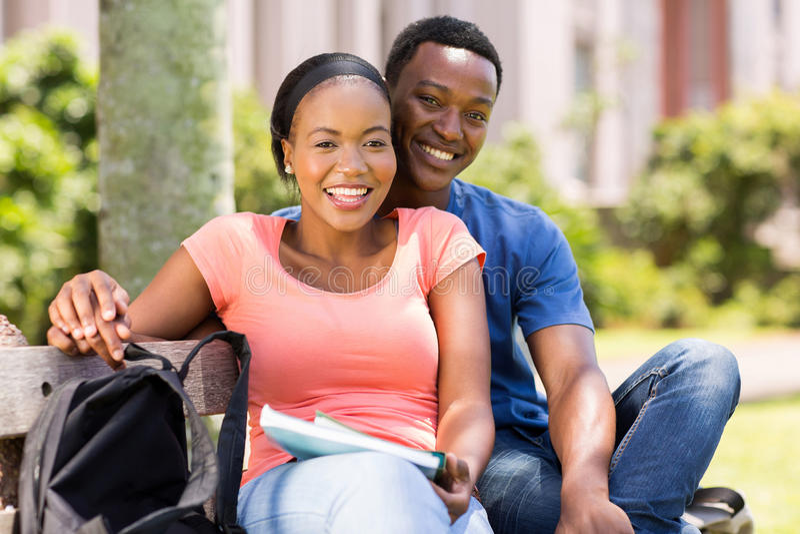 Jeunes couples africains d'université photos stock