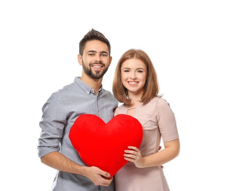 Jeunes couples aimants tenant le coeur de tissu sur le fond blanc Célébration de Saint-Valentin de saint photo libre de droits