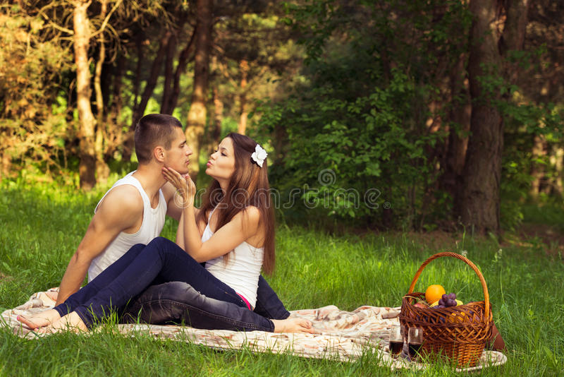 Jeunes couples amoureux image stock