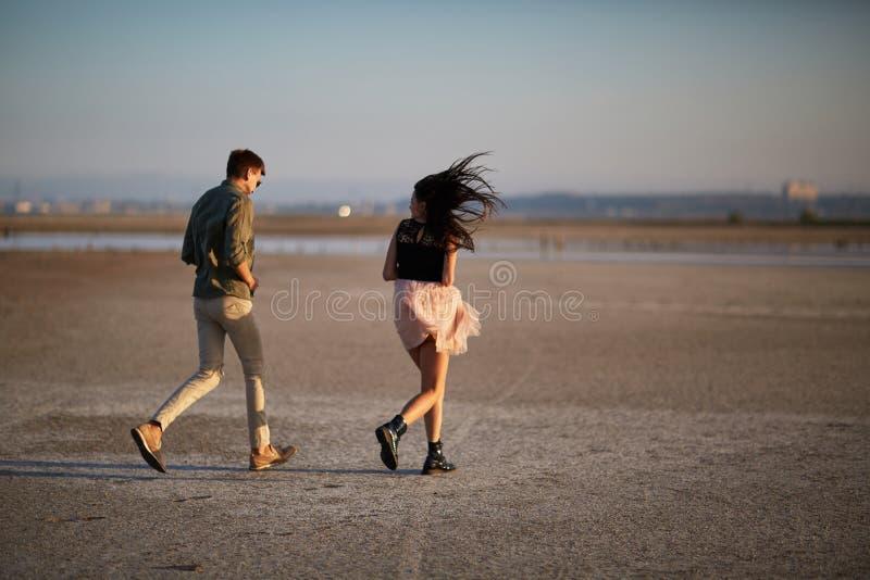 Jeunes, couples amoureux mignons sur un fond naturel Concept de déplacement romantique Copiez l'espace images stock