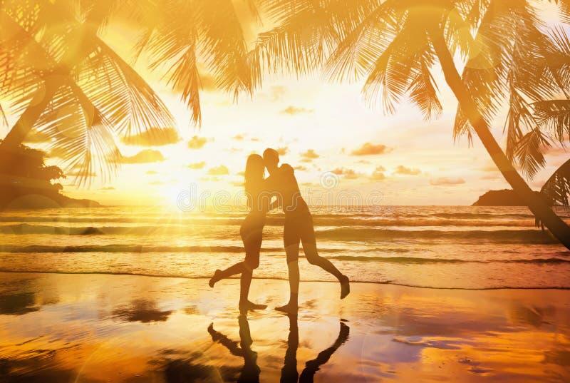 Jeunes couples appréciant le coucher du soleil photos stock