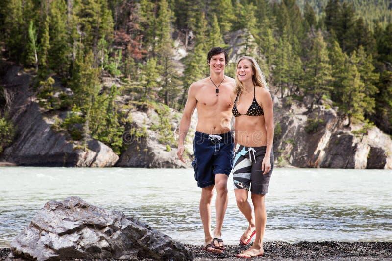 Jeunes couples appréciant par le lac photos libres de droits