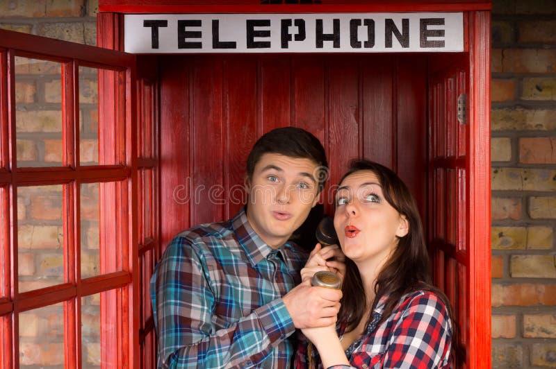 Jeunes couples appréciant un bavardage photographie stock