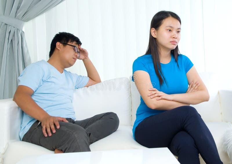 Jeunes couples asiatiques images stock