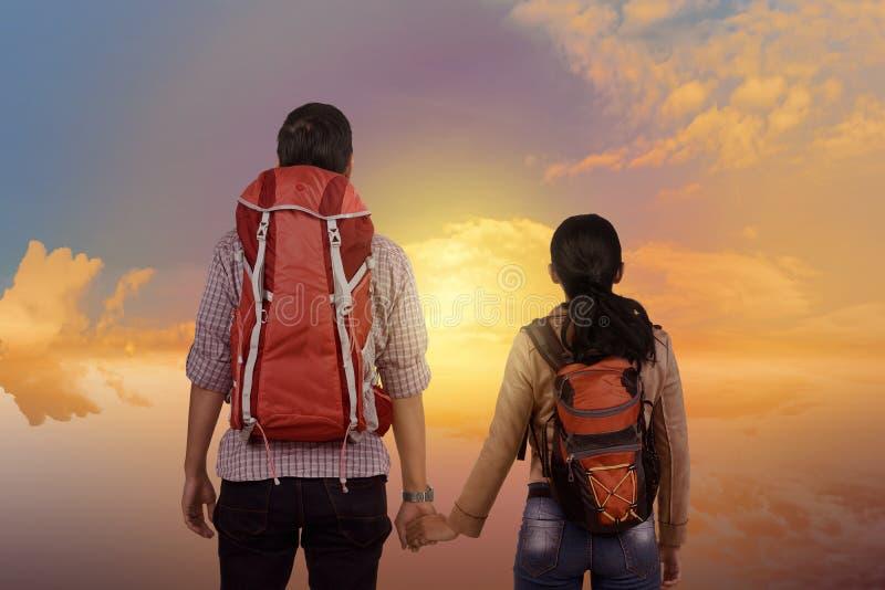 Jeunes couples asiatiques appréciant le paysage ensemble photos stock