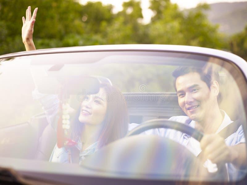 Jeunes couples asiatiques appréciant un tour photographie stock libre de droits