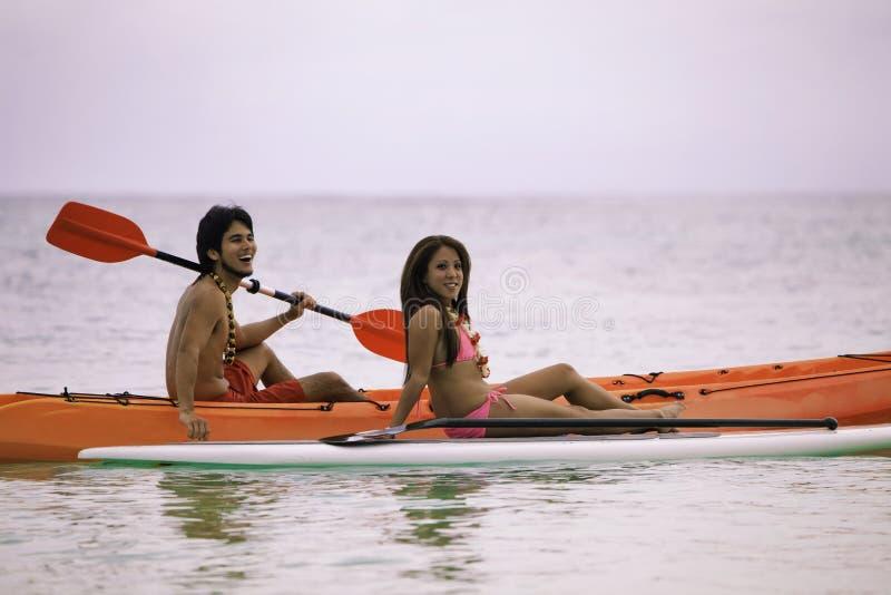 Jeunes couples asiatiques dans leur kayak photo libre de droits