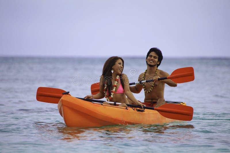 Jeunes couples asiatiques dans leur kayak image stock